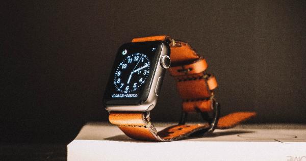 耐磁性の高い時計やデジタルウォッチにする