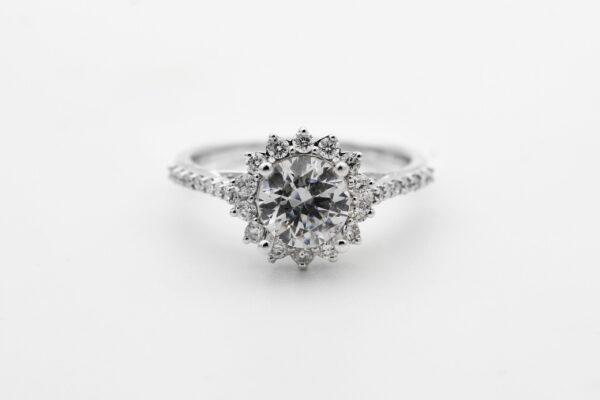 今では婚約指輪の代名詞ともなったダイヤモンド