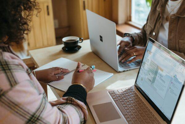 パソコンと女性の会話