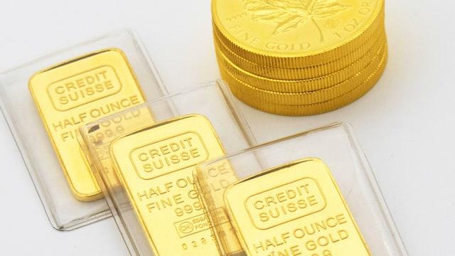 金の延べ棒(ゴールドバー・インゴット)や純金製台座のジュエリー、記念金貨など
